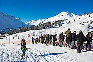 LECH - Prins Willem-Alexander en prinses Maxima met hun dochters, (VLNR) prinses Alexia, prinses Amalia en prinses Ariane in de sneeuw in Lech tijdens de jaarlijkse wintersportfotosessie. met beatrix