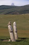 Mongolia. Turkish statue  Huduu Nuur       / Près du lac TERKIN TSAGAAN NUUR, dans l'aymag de ARQANGAY Alignement de deux statues anthropomorphes. (Granit, VI-VIIIème siecle; ht : 1,20 m environ). Certaines de ces statues monolythes (KUN TCHULUU) ont été décapitées, suite à des invasions successives, sans qu'on puisse retrouver leur tête sur les lieux. Certains passants se sont amusés à mettre sur ces corps sans tête une pierre aux formes proportionnelles. (  / /17    L920723  /  P0002622