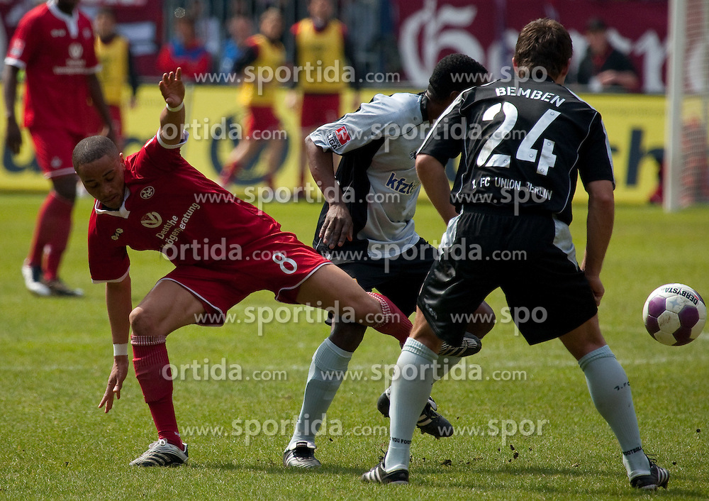 10.04.2010, Fritz Walter Stadion, Kaiserslautern, GER, 2. FBL, 1. FC Kaiserslautern vs FC Union Berlin, im Bild von links Sidney Sam (FCK), Younga Mouhani, Michael Bemben (beide Berlin), EXPA Pictures © 2010, PhotoCredit: EXPA/ A. Neis / SPORTIDA PHOTO AGENCY