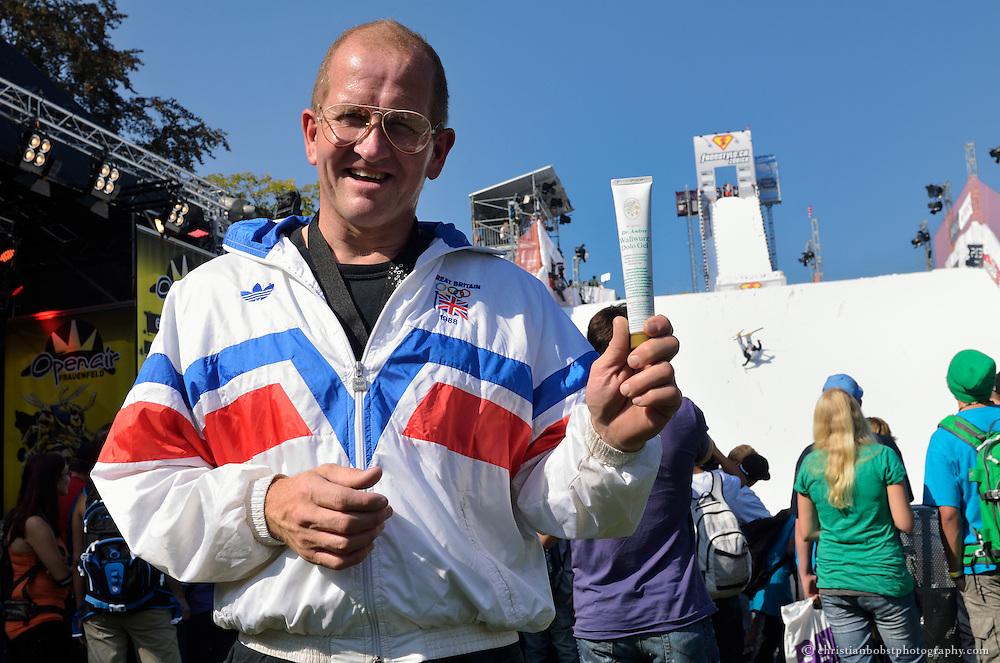 Zürich, 24. September 2011 am freestyle.ch: Eddie the Eagle ist überzeugt: Mit Dr. Andres Wallwurz Salbe braucht kein Freestyler auf der Megaramp Angst vor Prellungen, Stauchungen, Quetschungen zu haben.