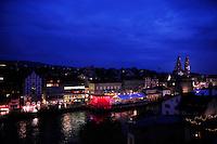 FUSSBALL EUROPAMEISTERSCHAFT 2008  Frankreich - Italien    17.06.2008 Uebersicht von Zuerich in der Abenddaemmerung. Zur EM 2008 wird auf einige Gebaeude die schweizer Nationalflagge projeziert.