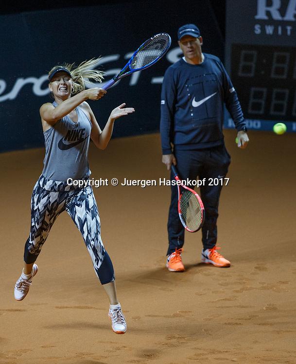Trainer Sven Groeneveld und MARIA SHARAPOVA (RUS), erstes Training, practise<br /> <br /> Tennis - Porsche  Tennis Grand Prix 2017 -  WTA -  Porsche-Arena - Stuttgart -  - Germany  - 26 April 2017.
