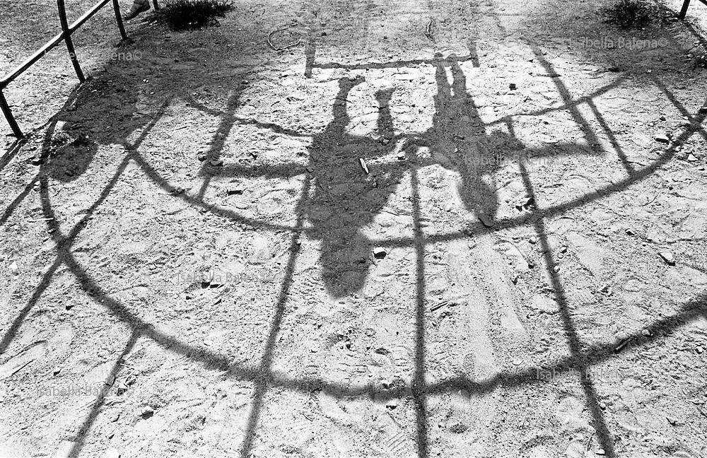 august 1999, bielorussia, gomel, children play, shadow, film no.57  © ISABELLA BALENA www.isabellabalena.com