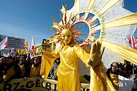 """2012, BERLIN/GERMANY:<br /> """"Sonnengoettin"""", Kundgebung gegen das Solarausstiegsgesetz und gegen das Scheitern der Energiewende unter dem Motto: """"Stoppt den Solar-Ausstieg"""", vor dem Brandenburger Tor<br /> IMAGE: 20120305-01-003<br /> KEYWORDS: Sonnenenergie, Demo, Demostration, Demonstrant, Demonstratenn, Solarwirtschaft, Subventionen"""