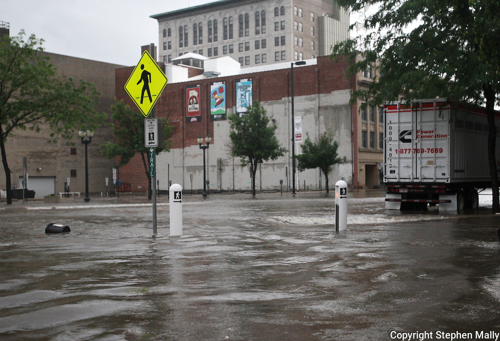 Massive flooding has covered the Midwest section of the United States. In Cedar Rapids, Iowa over 400 blocks were underwater. Other towns are now bracing for the water as it continues downstream.///A pedestrian crosswalk is flooded downtown Cedar Rapids, Iowa.