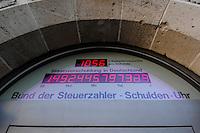 12 MAR 2007, BERLIN/GERMANY:<br /> Schulden-Uhr des Bundes deutscher Steuerzahler, zeigt die aktuelle Staatsverschuldung Deutschlands an und haengt über dem Eingang zur Geschaeftsstelle des BdS<br /> Uhrzeit: 15:35:55<br /> IMAGE: 20070312-02-003<br /> KEYWORDS: Bund der Steuerzahler, Schuldenuhr, Verschuldung,