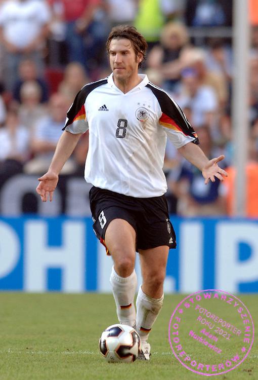 n/z.: Torsten Frings (nr8-Niemcy) podczas meczu Pucharu Konfederacji Niemcy 2005 Niemcy (biale) - Tunezja (czerwone) 3:0 , reprezentacja , sezon 2004/2005 , pilka nozna , Niemcy , Kolonia , 18-06-2005 , fot.: Adam Nurkiewicz / mediasport..Torsten Frings (nr8-Germany) controls the ball during Confederations Cup soccer match in Cologne. June 18, 2005 ; Germany (white) - Tunisia (red) 3:0 , season 2004/2005 , Germany , Cologne ( Photo by Adam Nurkiewicz / mediasport )