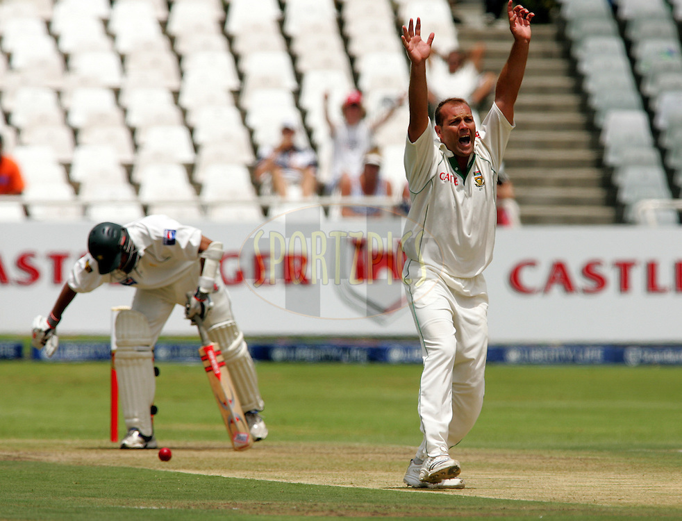 WESTERN CAPE, SOUTH AFRICA - 26th January 2007, Jacques Kallis appeals for the wicket of Inzamam-ul-Haq during day 1 of the third test between South Africa and Pakistan held at Newlands Stadium, Cape Town...Photo by RG/Sportzpics.net..