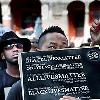 Nederland, Amsterdam, 10 juli 2016<br /> Een paar honderd mensen zijn vanmiddag op de Dam in Amsterdam bijeen gekomen om in stilte te protesteren tegen het politiegeweld in Amerika. Onder de naam Black Lives Matter trok de stoet vervolgens door de stad.<br /> &quot;Mijn initiatief was om alleen op de Dam te gaan staan met een papiertje op mijn rug&quot;, vertelt initiatiefneemster Anna Hammond.&rdquo;En&nbsp;iedereen die langs komt kon dan vragen aan mij stellen, en ik zou die vragen dan beantwoorden.&quot;<br /> &quot;Ik heb dat op mijn Facebook gepost, omdat ik dacht: ja misschien willen wel wat vrienden meedoen. En dat is viral gegaan. Ik had nooit gedacht dat er zo veel mensen op af zouden komen&quot;,&nbsp;zegt ze verrast.<br /> <br /> Netherlands, Amsterdam, July 10, 2016<br /> A few hundred people met this afternoon on the Dam in Amsterdam to protest silently against police violence in America. Under the name Black Lives Matter the procession continued through the city.&quot;My initiative was to just stand on the Dam with a piece of paper on my back,&quot; says initiator Anna Hammond. &quot;And everyone who comes along could then ask me questions, and I would answer those questions.&quot;I've posted on my Facebook, because I thought, yeah maybe do want to join some friends and that went viral. I never thought that so many people would join,&quot; She says surprised.<br /> <br /> <br /> Foto: Jean-Pierre Jans