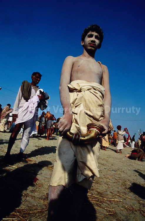Hindu pilgrim covered with ashes, on the edge of the Ganges...pèlerin hindouiste couvert de cendres, au bord du gange