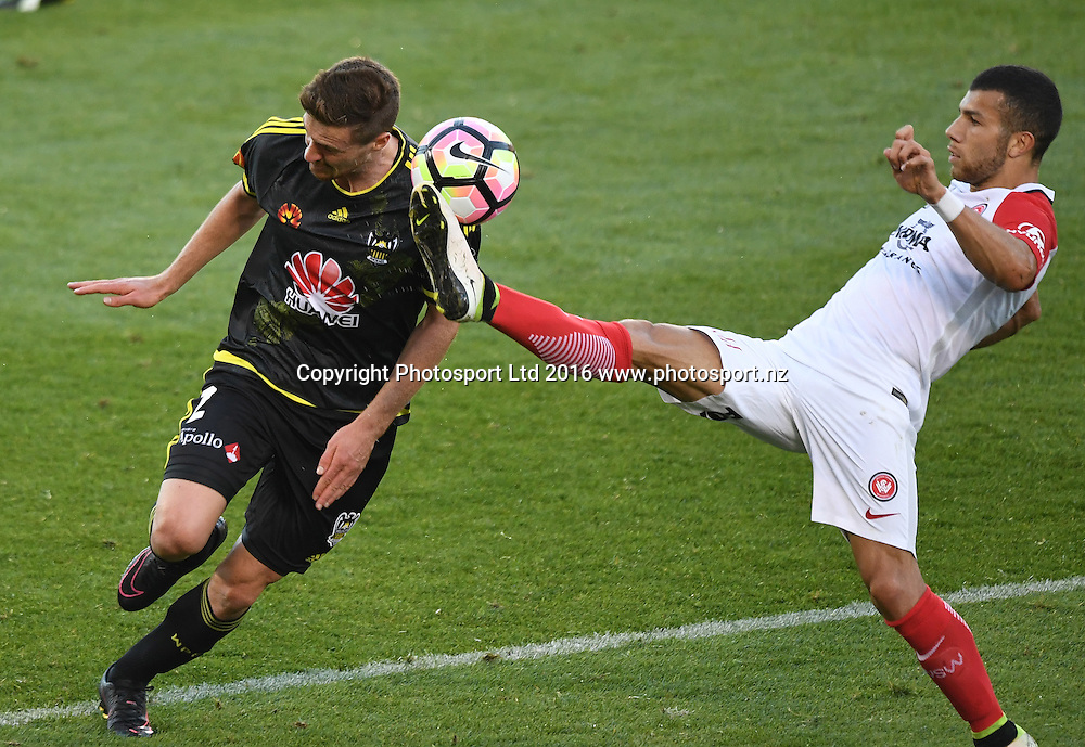 Phoenix's Jacob Tratt and WSW's Mitchell Nichols. Wellington Phoenix v Western Sydney Wanderers. A-League Football. Mt Smart Stadium, Auckland, New Zealand. Saturday 17 December 2016 © Copyright image: Andrew Cornaga / www.photosport.nz