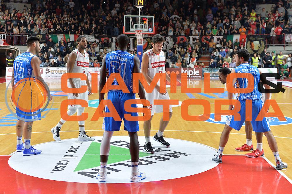DESCRIZIONE : Varese, Lega A 2015-16 Openjobmetis Varese Dinamo Banco di Sardegna Sassari<br /> GIOCATORE : Dinamo Banco di Sardegna Sassari Openjobmetis Varese<br /> CATEGORIA : Schema<br /> SQUADRA : Openjobmetis Varese Dinamo Banco di Sardegna Sassari<br /> EVENTO : Campionato Lega A 2015-2016<br /> GARA : Openjobmetis Varese vs Dinamo Banco di Sardegna Sassari<br /> DATA : 26/10/2015<br /> SPORT : Pallacanestro <br /> AUTORE : Agenzia Ciamillo-Castoria/I.Mancini<br /> Galleria : Lega Basket A 2015-2016 <br /> Fotonotizia : Varese  Lega A 2015-16 Openjobmetis Varese Dinamo Banco di Sardegna Sassari<br /> Predefinita :