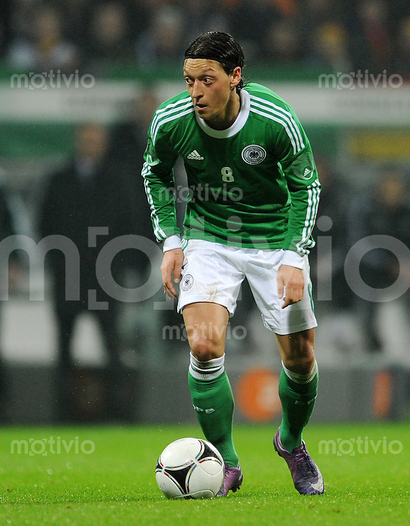 FUSSBALL   INTERNATIONALES TESTSPIEL IN BREMEN Deutschland - Frankreich         29.02.2012 Mesut Oezil (Deutschland) Einzelaktion am Ball
