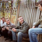 Jeunes en vacances dans le petit village de Pepen - Moldavie 2009