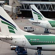 Twee Transavia vliegtuigen, logo's op het platform van Schiphol