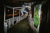 Am Ufer der Save steht ein frisch renoviertes Prachthaus. Vor Kurzem war die ehemalige Bank, Baujahr 1905, noch eine Ruine. Inner- halb von vier Monaten wurde sie renoviert und ist jetzt der Firmensitz der Baufirma Eagle Hills. Mit dem schnellen Bau wollte die Firma zeigen, dass sie es ernst meint mit dem Projekt &bdquo;Belgrad am Wasser&ldquo;.<br /> Im Turbo-Tempo soll sich in den kommenden Jahren das Gesicht der serbischen Hauptstadt ver&auml;ndern und eine zeitgem&auml;&szlig;e, moderne An- mutung bekommen. 13 000 neue B&uuml;roarbeitspl&auml;tze, Shoppingmalls, Luxushotels und neue Wohnungen sollen entstehen. Dazu ein 200 Me- ter hoher Turm, der die Innenstadt Belgrads &uuml;berragt. Laut serbischer Regierung liegt das Investitionsvolumen bei rund 3,2 Milliarden Euro.<br /> <br /> Verliere dieses Vorhabens sind all jene, die am Ufer der in Barracken leben. Romafamilien sollen  umgesiedelt werden oder stehen pl&ouml;tzlich vor den planierten Resten ihrer H&auml;uschen. W&auml;hrend Eagle Hills und die Regierung mit harter Hand Fakten schaffen, k&auml;mpfen Bewohner, K&uuml;nstler und Aktivisten um ihren Lebensraum