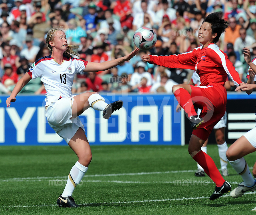 Fussball Frauen FIFA U 17  Weltmeisterschaft 2008    13.11.2008 Finale Korea DVR - USA Uj Kim (re,PRK) gegen Julia Roberts (li,USA)