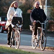 Ferry Bolland en vrouw en kind fietsend door Bussum