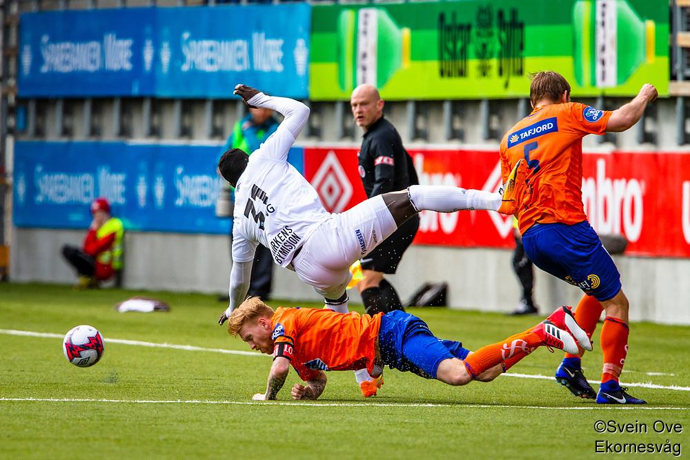 1. divisjon fotball 2018: Aalesund - Mjøndalen. Aalesunds Fredrik Carlsen går hardt inn i en duell med Jibril Bojang i førstedivisjonskampen i fotball mellom Aalesund og Mjøndalen på Color Line Stadion.