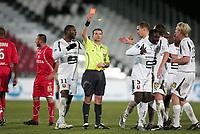 Fotball<br /> Frankrike<br /> Foto: Dppi/Digitalsport<br /> NORWAY ONLY<br /> <br /> FOOTBALL - FRENCH CHAMPIONSHIP 2007/2008 - L1 - VALENCIENNES FC v STADE RENNAIS - 02/12/2007 - RED CARD JOHN MENSAH (REN) / OLIVIER LAMARRE (REF) <br /> <br /> RENNES