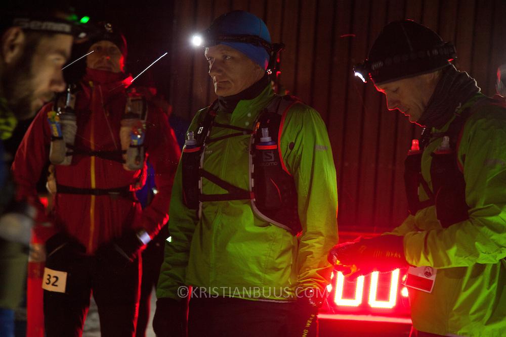 50 mil(80km) l&oslash;bere klar til afgang i morgenm&oslash;rket p&aring; Hammer Havn klokken 6.<br /> Salomon Hammer Trail Winter Edition p&aring; Bornholm best&aring;r af 4 l&oslash;b, 50 miles, maraton, 1/2 maraton og 10 km. De f&oslash;rste l&oslash;bere startede kl 6 og den sidste l&oslash;ber var inde efter 15 timer og 14 minuter. L&oslash;bene l&oslash;bes p&aring; en rute p&aring; ca 25 km som inkluderer 860 h&oslash;jdemeter og er Danmark's h&aring;rdeste trail l&oslash;b. L&oslash;berne skal ned og ringe p&aring; klokken p&aring; Jon's Kapel, forbi Hammer Hus og over Hammer Knude. Over 100 l&oslash;bere gennemf&oslash;rte l&oslash;bet indenfor tidsgr&aelig;nsen, som for 50 mil var sat til 16 timer.
