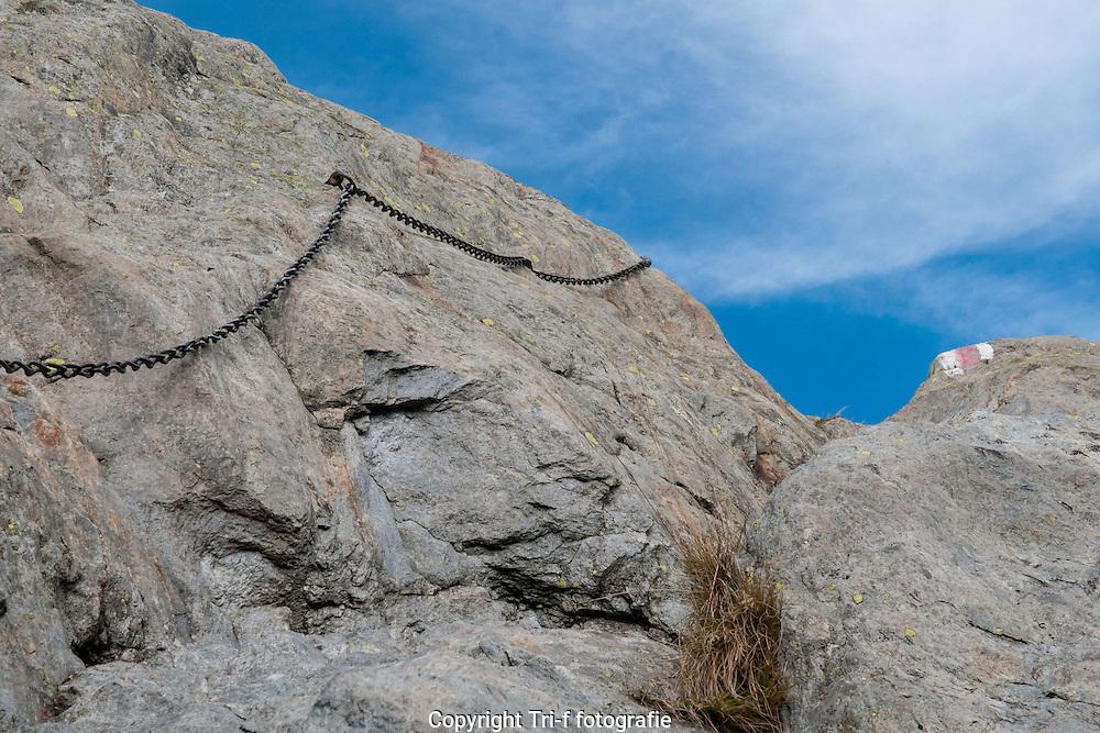 Bergweg zwischen Triftbrücke und Windegghütte. Teil der Weg ist gesichert mit Ketten und Drahtseilen.
