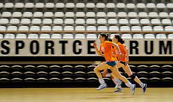 10-05-2011 VOLLEYBAL: TRAINING ORANJE VOLLEYBALVROUWEN: ALMERE<br /> De volleybalsters bereiden zich in Almere voor op nieuwe seizoen / (L-R) Anne Buijs, Lonneke Sloetjes<br /> ©2011-FotoHoogendoorn.nl