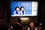 Werbung fuer die koreanische Firma Samsung in ein einer Passage der Metro in Seoul im Zentrum der koreanischen Metropole. ..Commercial for the Korean company Samsung in a passage of the Seoul subway in the center of the Korean metropolis.