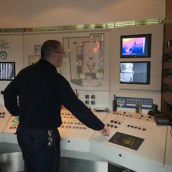 A la suite de la terrible catastrophe de l'incendie du tunnel du Mont Blanc, qui a entre autres mis en &eacute;vidence un manque de formation des services de secours; la SFTRF, soci&eacute;t&eacute; gestionnaire du tunnel du Fr&eacute;jus, a pris l'initiative de construire le CFETIT en 2002. Enti&egrave;rement d&eacute;di&eacute; aux feux de tunnel ce centre sert au passage du stage EITR (&Eacute;quipier d'Intervention en Tunnel Routier). Particuli&egrave;rement &eacute;prouvant pour les pompiers savoyards qui l'ont suivi pendant 5 jours, ce stage est l'occasion de se familiariser au port permanent de l'ARI (Appareil Respiratoire Isolant) qui permet de respirer dans la fum&eacute;e ainsi qu'au changement dans le noir absolu de leurs bouteilles d'air, &agrave; la mise en s&eacute;curit&eacute; de victimes et surtout &agrave; la progression dans un tunnel en l'absence de leurs rep&egrave;res visuels familiers.<br /> f&eacute;vrier 2011 / Modane / Savoie (73) / FRANCE<br /> Cliquez ci-dessous pour voir le reportage complet (140 photos) en acc&egrave;s r&eacute;serv&eacute;<br /> http://sandrachenugodefroy.photoshelter.com/gallery/2011-02-Stage-Equipier-Intervention-en-Tunnel-Routier-au-CFETIT-Complet/G0000MARRNoQgsho/C0000yuz5WpdBLSQ