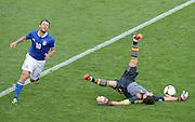 FUSSBALL  EUROPAMEISTERSCHAFT 2012   VORRUNDE Spanien - Italien            10.06.2012 Antonio Cassano (li, Italien) gegen Torwart Iker Casillas (re, Spanien)