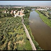 Il fiume Arno nel tratto cittadino di Firenze, ....Fotografie aeree a bassa quota di diverse parti della città realizzate da un pallone aerostatico che ha sorvolato sul cielo di Firenze con appesa una macchina fotografica.