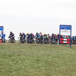 05-03-2016: Wielrennen: Ster van Zwolle: Zwolle<br />ZWOLLE (NED) wielrennen:  <br />De Ster van Zwolle is traditionele opening van het Nederlandse wielerseizoen. De 56e editie van de Ster kende mede door een gebrek aan wind. Peloton bij het binnenrijden van Kamperzeedijk met ook goed voorin Pascal eenkhoorn