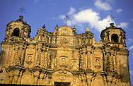 = indian market: Santo Domingo church, San Cristobal las Cases  Chiapas  Mexico  /// marché indien ; église Santo Domingo, San Cristobal las Cases  Chiapas  Mexique  +