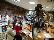 Eine Schulklasse besucht das Jakutische Staatsmuseum der Geschichte und Kultur der Bewohner des Nordens im Zentrum der Stadt Jakutsk. Jakutsk ist im Winter eine der kaeltesten Grossstaedte weltweit mit durchschnittlichen Winter Temperaturen von -40.9 Grad Celsius. Die Stadt ist nicht weit entfernt von Oimjakon, dem Kaeltepol der bewohnten Gebiete der Erde.<br /> <br /> School class visiting the United Yakutsk State Museum of History and Culture of People of the North. Yakutsk was founded in 1632 and celebrated 2007 the 375th anniversary. The museum showcases expositions on the regions nature, animal and plant life of taiga, forest-tundra, tundra and the Arctic zone of the republic, as well as the history of Yakutia from Palaeolith to present times.