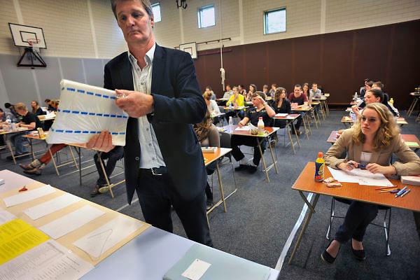 Nederland, Ubbergen, 15-5-2012Eindexamen Nederlands HAVO. Leerlingen, kandidaten, betreden de gymzaal waar het centraal schriftelijk examen, cse, wordt afgenomen. De opgaven worden uit de verpakking gehaald om uitgedeeld te worden.Foto: Flip Franssen/Hollandse Hoogte