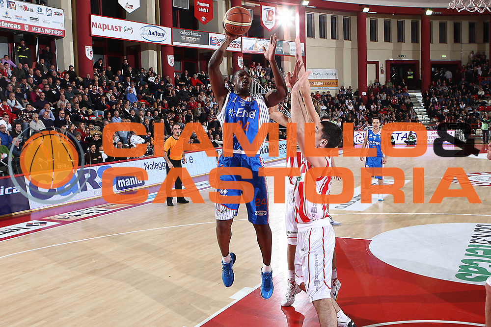 DESCRIZIONE : Teramo Lega A 2010-11 Bancatercas Teramo Enel Brindisi<br /> GIOCATORE : Yakhouba Diawara<br /> SQUADRA : Enel Brindisi<br /> EVENTO : Campionato Lega A 2010-2011<br /> GARA : Bancatercas Teramo Enel Brindisi<br /> DATA : 28/12/2010<br /> CATEGORIA : tiro<br /> SPORT : Pallacanestro<br /> AUTORE : Agenzia Ciamillo-Castoria/C.De Massis<br /> Galleria : Lega Basket A 2010-2011<br /> Fotonotizia : Teramo Lega A 2010-11 Bancatercas Teramo Enel Brindisi<br /> Predefinita :