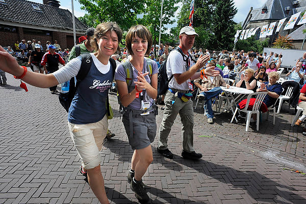 Nederland, Nijmegen, 24-7-2009De deelnemers aan de 4daagse, vierdaagse,  lopen op de vierde dag, de dag van Cuijk en de intocht, o.a over de pontonbrug over de Maas bij Cuijk, neergelegd door de nederlandse landmacht, genie. mexicaanse griep.The International Four Day Marches Nijmegen (or Vierdaagse) is the largest marching event in the world. It is organized every year in Nijmegen mid-July as a means of promoting sport and exercise. Participants walk 30, 40 or 50 kilometers daily, and on completion, receive a royally approved medal (Vierdaagsekruis). The participants are mostly civilians, but there are also a few thousand military participants. In 2004 a restriction on the maximum number of registrations is set for the first time. The maximum number of 47,000 registrations then has been reached within 6 weeks. More than a hundred countries have been represented in the Marches over the years.Foto: Flip Franssen/Hollandse Hoogte