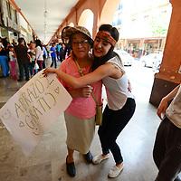 Toluca, México (Mayo 29, 2016).- Un grupo de jóvenes se instalo en los Portales de Toluca regalando abrazos y sonrisas a todo aquel que pasaba por el lugar.  Agencia MVT / Crisanta Espinosa.