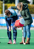 Laren - Maxime Kerstholt (Lar) blesseert haar knie  tijdens de Livera hoofdklasse  hockeywedstrijd dames, Laren-Oranje Rood (1-3).  rechts fysio Marit Pronker. COPYRIGHT KOEN SUYK