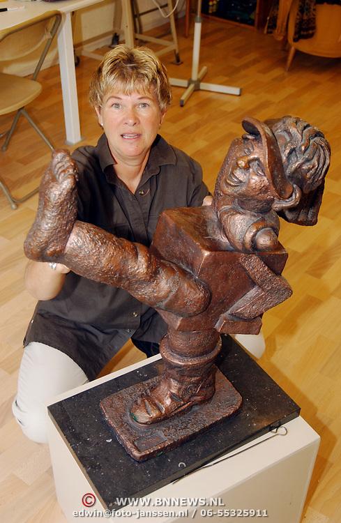 Kunstenares Curly Wallaby van Wijk Wintergroen 22 Huizen met een van haar beelden