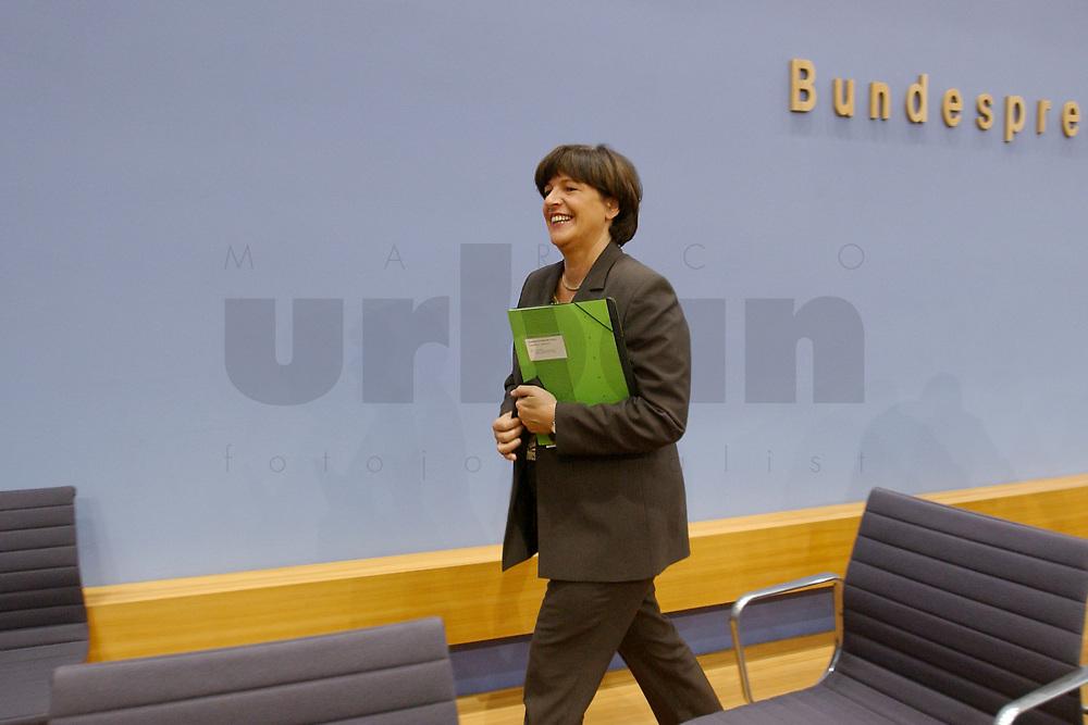 28 NOV 2002, BERLIN/GERMANY:<br /> Ulla Schmidt, SPD, Bundessozialministerin, nach einer Pressekonferenz zur Riester-Rente, Bundespressekonferenz<br /> IMAGE: 20021128-01-019
