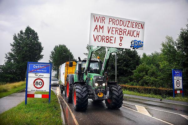 Nederland, Oeffelt, 16-6-2009Nederlandse en Duits Melkveeboeren onderweg naar Brussel om te protesteren tegen de lage melkprijs.Foto: Flip Franssen/Hollandse Hoogte