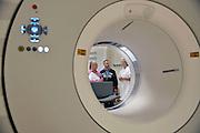 Nederland, Nijmegen, 2-2-2013Open dag in het umc st radboud tijdens wereldkankerdag.  Bezoekers wordt informatie gegeven over nieuwe ontwikkelingen in de diagnostiek en behandeling van diversen vormen van kanker. Bij de PET-CT-scannerFoto: Flip Franssen