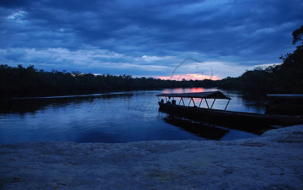 Bongos eun atardecer en Boca de Autana; rio Autana, estado Amazonas, Venezuela. ©Jimmy Villalta