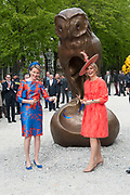 Koningin Máxima en koningin Mathilde van België openen de beeldententoonstelling Den Haag Sculptuur op het Lange Voorhout. In de openlucht tentoonstelling 'Vormidable' staan kunstwerken van gevestigde en opkomende Vlaamse kunstenaars, wordt twintig jaar culturele samenwerking tussen Nedeland en België gevierd.<br /> <br /> <br /> Queen Maxima and Queen Mathilde of Belgium opened the sculpture exhibition The Hague Sculpture on the Lange Voorhout. In the outdoor exhibition Vormidable 'are works by established and emerging Flemish artists, celebrates twenty years of cultural cooperation between the laws of the Netherlands and Belgium.<br /> <br /> Op de foto / On the photo:  Koningin Máxima en koningin Mathilde verrichten de officiele opening  ////  Queen Maxima and Queen Mathildeperform the official opening