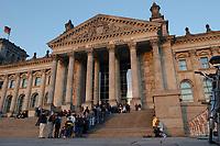 16 APR 2003, BERLIN/GERMANY:<br /> Besucher warten in einer Schlange vor dem Reichstagsgebaeude, Sitz des Deutschen Bundestages, im Abendlicht, Fruehling<br /> IMAGE: 20030416-02-017<br /> KEYWORDS: Reichstagsgebäude, Frühling, Reichstag, Parlament, Westportal