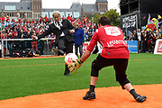 Koning Willem-Alexander heeft op het Museumplein in Amsterdam tegenover het Rijksmuseum het wereldkampioenschap voetbal voor dak- en thuislozen geopend. <br /> <br /> King Willem-Alexander on the Museumplein in Amsterdam, opposite the Rijksmuseum opened the World Cup for the homeless.<br /> <br /> Op de foto / On the photo: Eberhard van der Laan, burgemeester van Amsterdam neemt een penalty  /// Eberhard van der Laan, mayor of Amsterdam takes a penalty