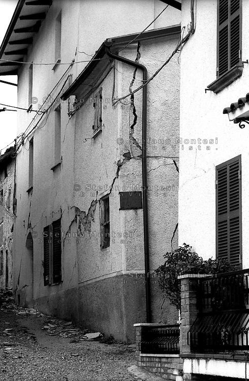 Terremoto in Umbria .Nocera Umbra  (PG)    13 Marzo 1998.Un edificio lesionato nella  frazione di Isola.Earthquake in Umbria.Nocera Umbra (PG) March 13, 1998.A building collapsed in the village of Isola