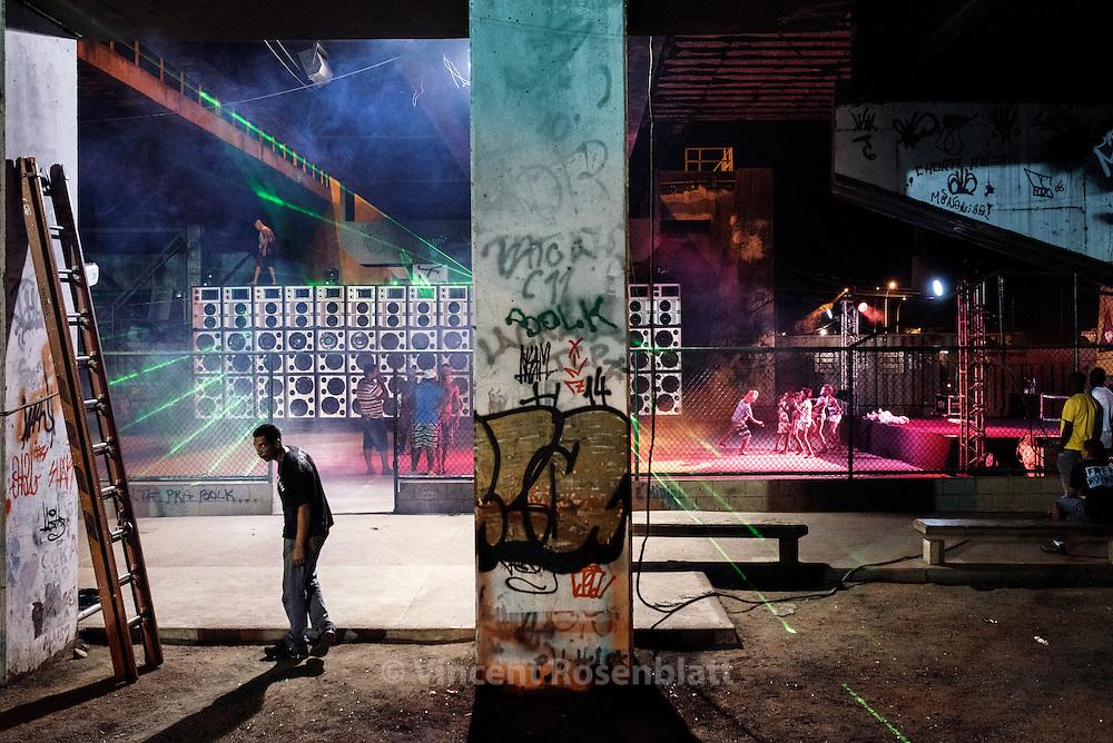 """Before the """"Amaréfunk"""" Baile begins - at the Pontilhão in the Complexo da Maré favelas - Zona Norte of Rio de Janeiro"""