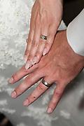Bruiloft Rob Geus en Suzanne Ozek op Kasteel de Hoogenweerth in Maastricht<br /> <br /> Op de foto: de ringen